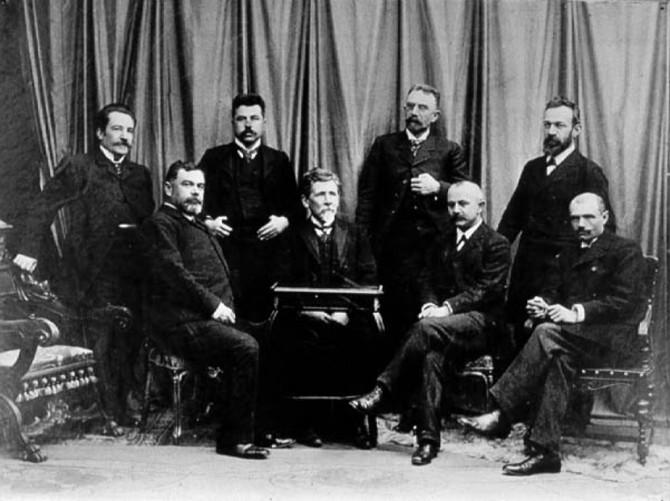 prvih-osam-redovnih-profesora-beogradskog-univerziteta-mika-alas-sedi-prvi-s-desna-670x501